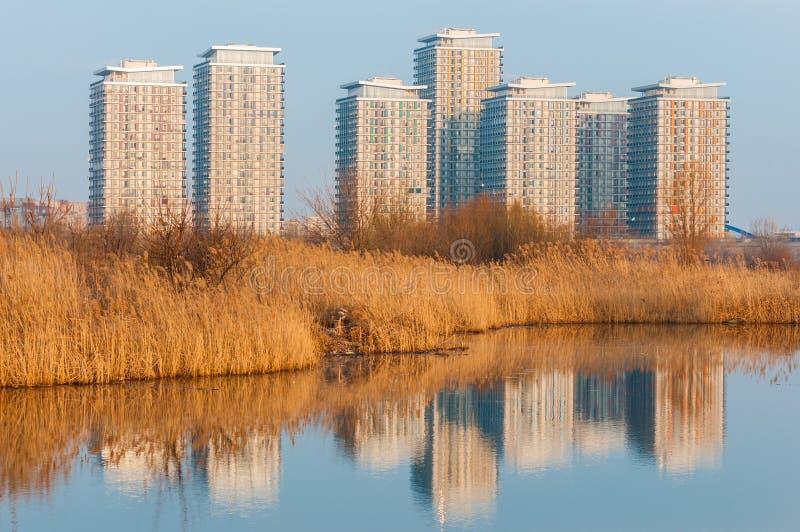 Moderne gebouwen in de voorsteden van Boekarest royalty-vrije stock foto's