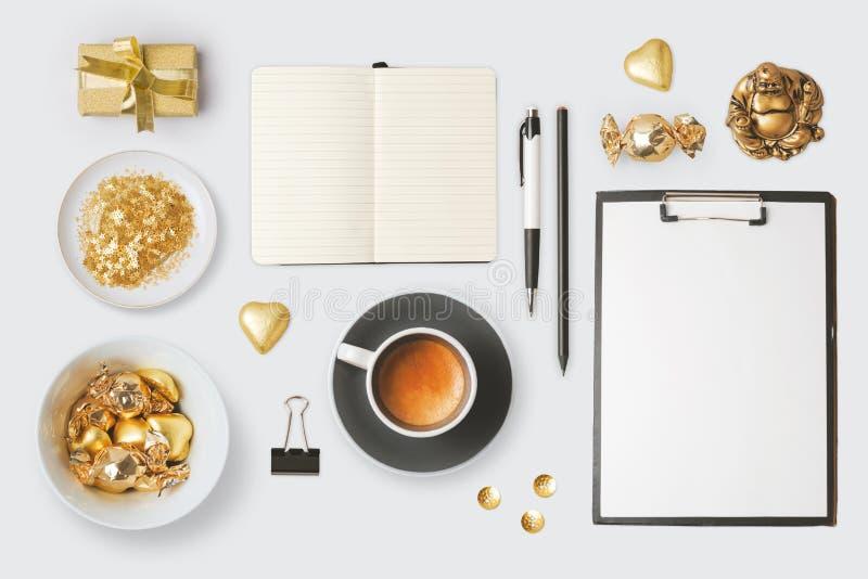 Moderne Gegenstände und Einzelteile für Spott herauf Schablone entwerfen Notizbuch, Kaffeetasse und Schokolade Ansicht von oben lizenzfreie stockbilder
