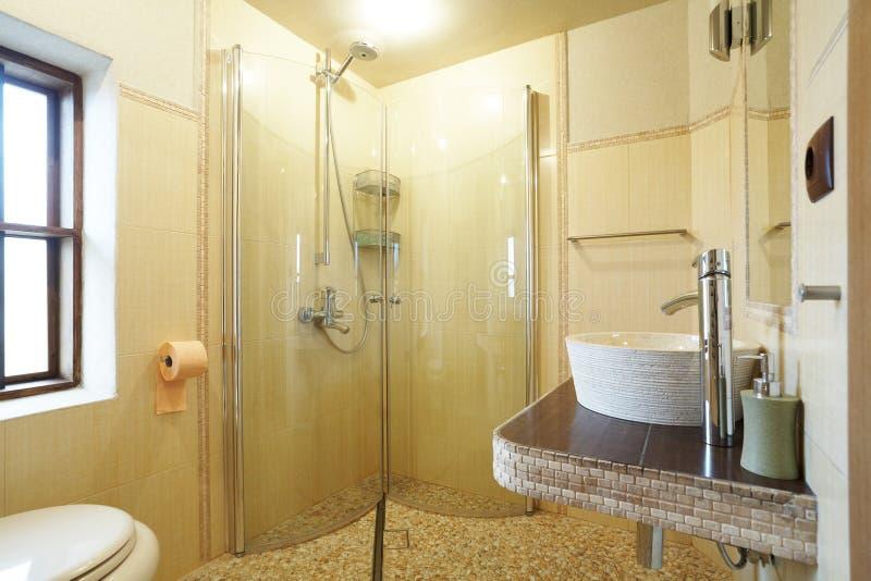 Moderne gele badkamers royalty-vrije stock afbeelding