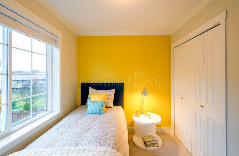 Moderne gele slaapkamer stock afbeelding. Afbeelding bestaande uit ...