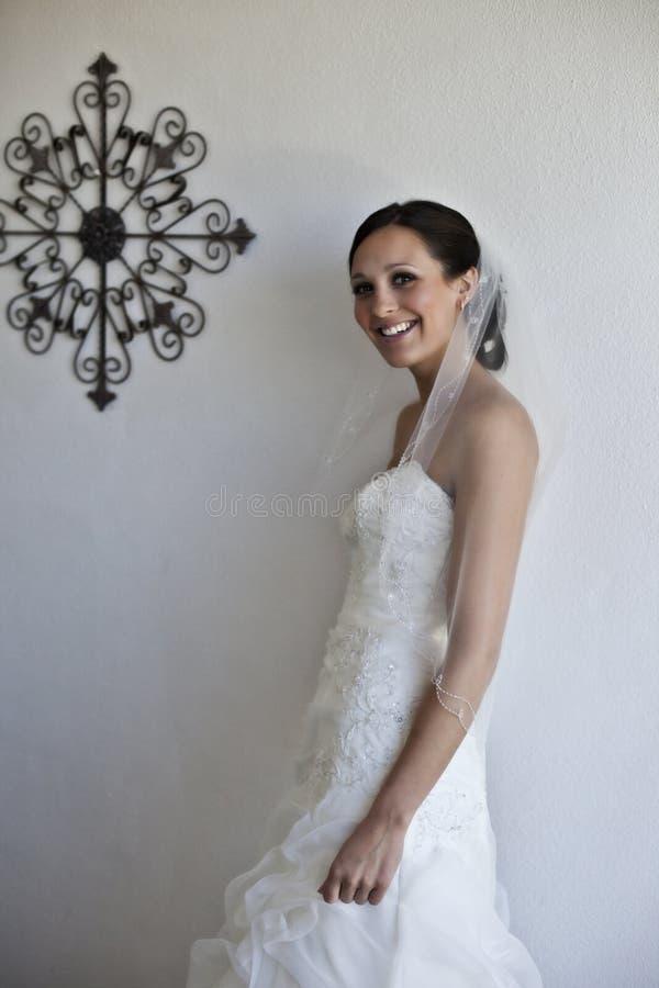 Moderne gelukkige bruid stock afbeeldingen