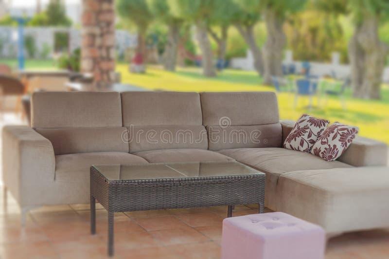 Moderne gemütliche Couchmöbel im Freien im Garten am Sommertag lizenzfreie stockbilder