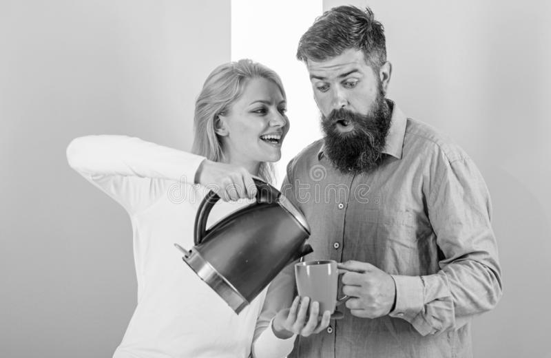 Moderne Geräte machen unser Leben einfacher Bereiten Sie Lieblingsgetränk in Minuten vor Guten Morgen zusammen verbringen Paare b lizenzfreie stockfotografie