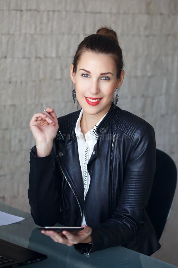 Moderne Geschäftsfrau des glücklichen Brunette lizenzfreie stockbilder
