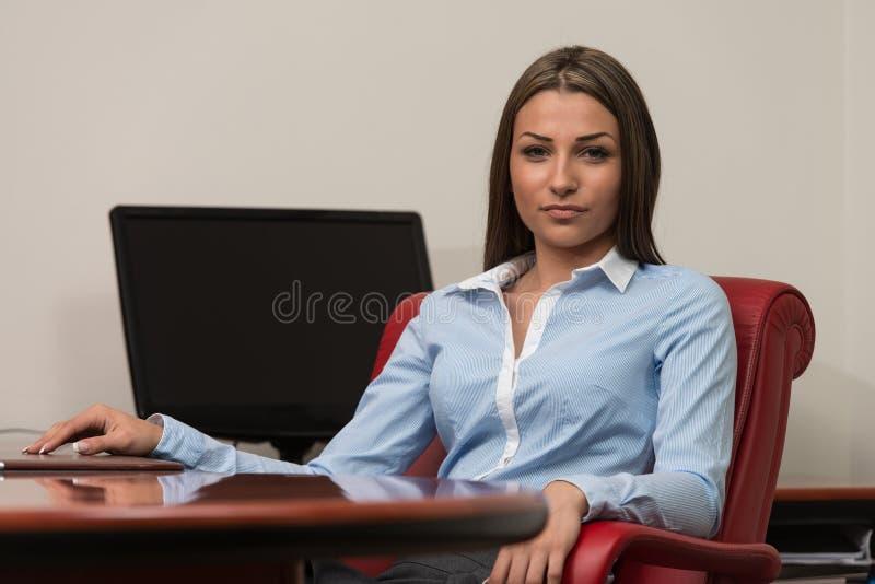 Moderne Geschäftsfrau im Büro lizenzfreies stockbild
