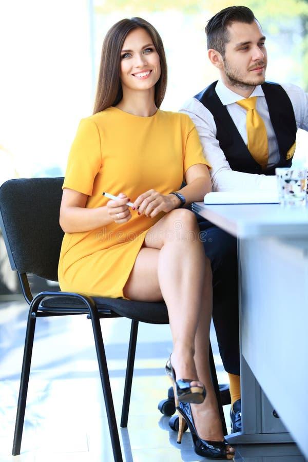 Moderne Geschäftsfrau im Büro mit Kopie stockfotos