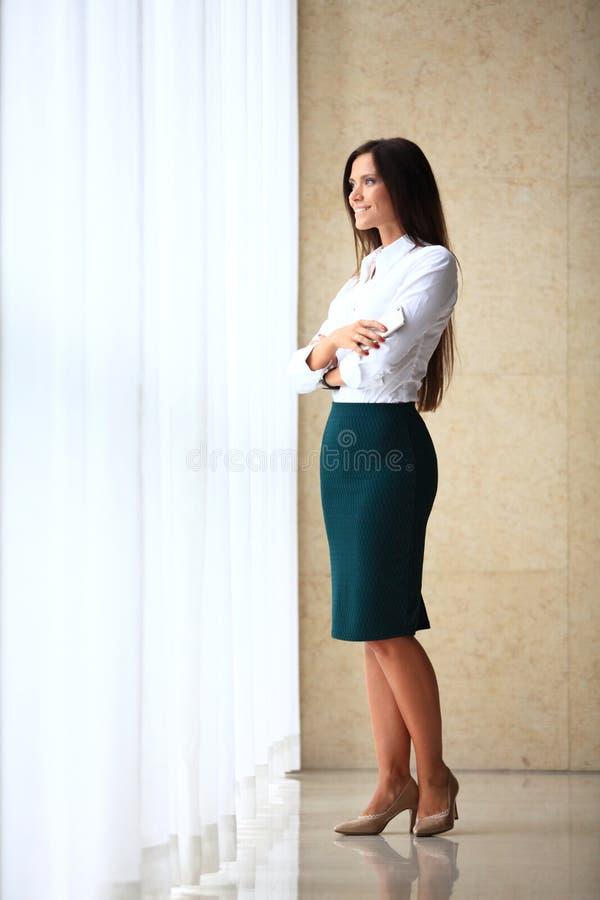 Moderne Geschäftsfrau im Büro mit Kopienraum lizenzfreies stockfoto