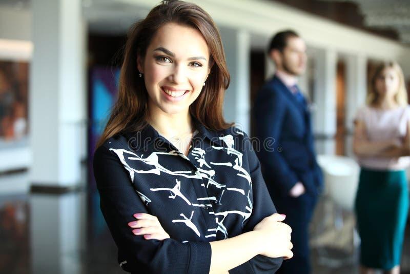 Moderne Geschäftsfrau im Büro mit Kopienraum lizenzfreie stockfotos
