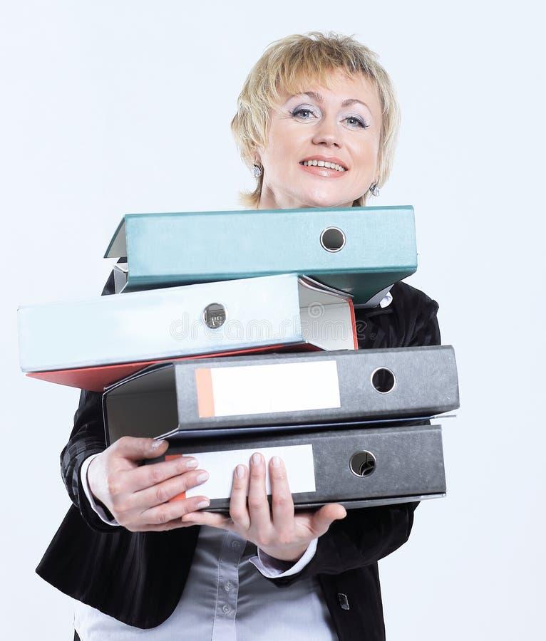 Moderne Geschäftsfrau mit Stapel Dokumenten lizenzfreie stockbilder