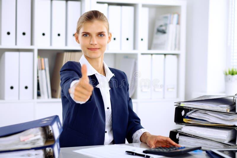Moderne Geschäftsfrau oder überzeugter weiblicher Buchhalter, Daumen oben stockfoto