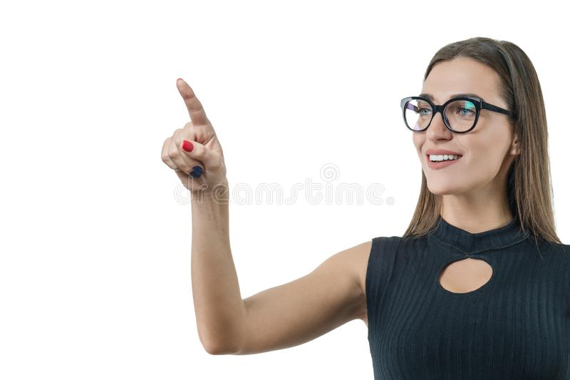 Moderne Geschäftsfrau unter Verwendung der Digitaltechnik an dem Arbeitsplatz, benutzt einen virtuellen Schirm und drückt auf whi stockfotos