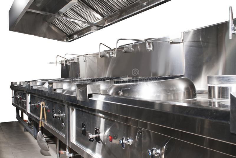 Moderne glänzende und saubere Küche mit Edelstahlküchengeschirr, -ofen, -auspuff und -ausrüstung für das Restaurantskalakochen stockfoto