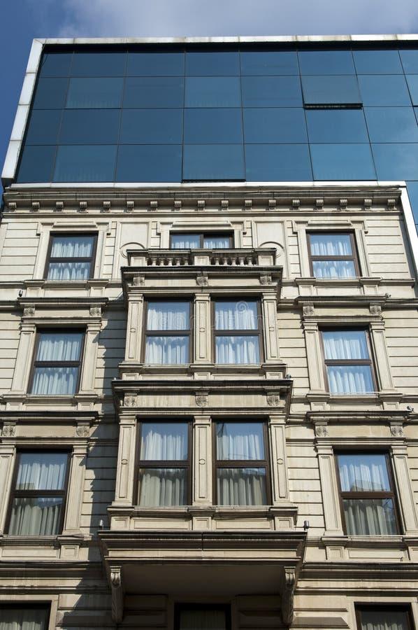 moderne glasfassaden auf einem haus in der klassischen art stockfoto bild von entwicklung. Black Bedroom Furniture Sets. Home Design Ideas