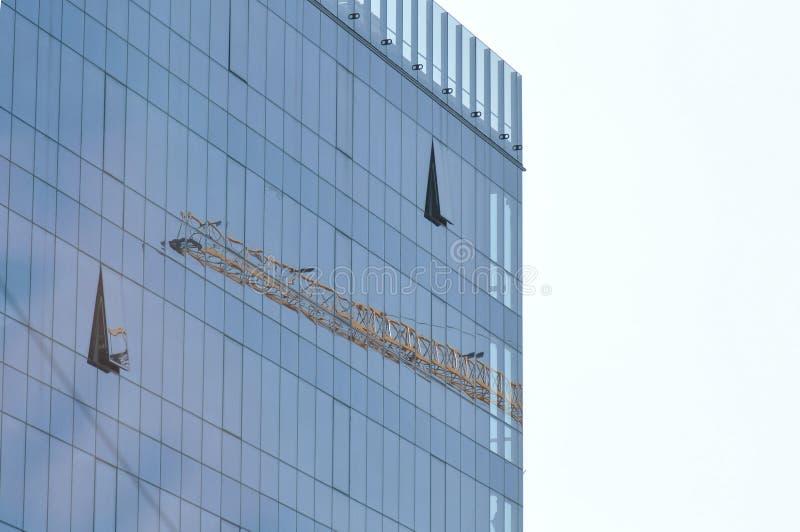 Moderne Glasgebäude- und Kranreflexion stockbilder