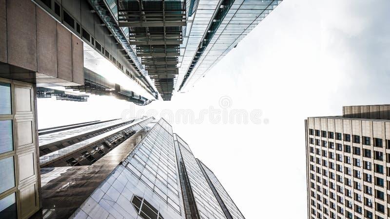 Moderne glasgebouwen vanuit lage invalshoek met hemelschot Concept wor stock foto