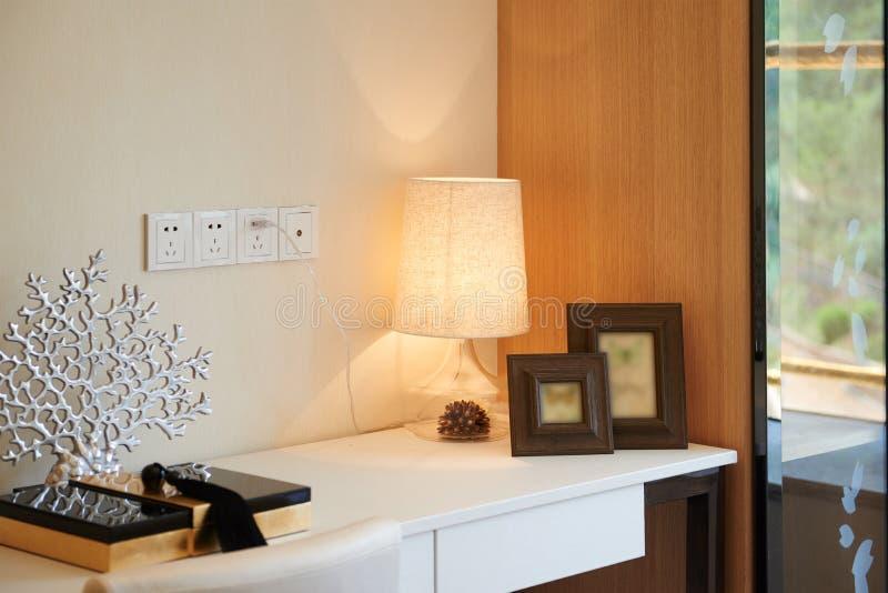Moderne Glaslampe auf Schreibtisch stockbild