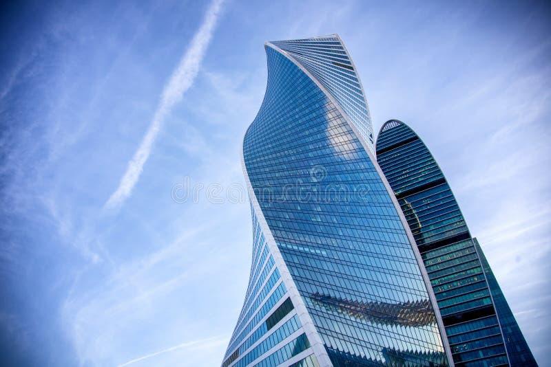 Moderne Glaswolkenkratzer gegen den blauen Himmel und die Wolken, das Gebäude des Geschäftszentrums in Moskau, die Stadt stockbilder