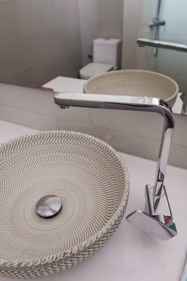 Moderne gootsteen in de badkamers stock afbeelding