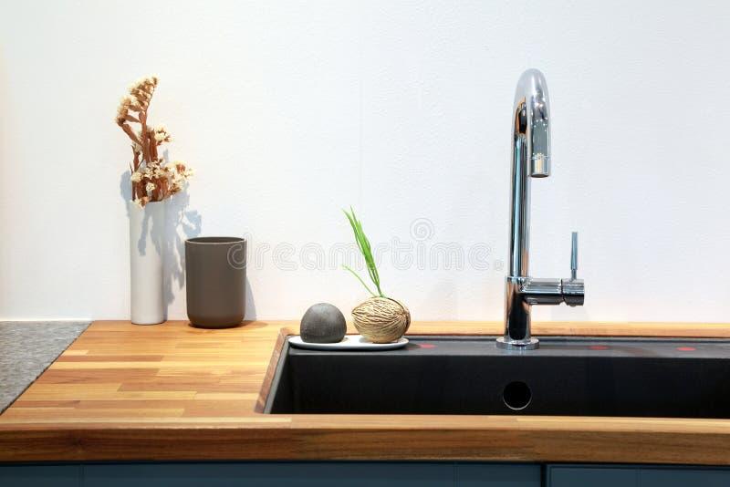 Moderne gootsteen met decoratie in keukenruimte stock foto