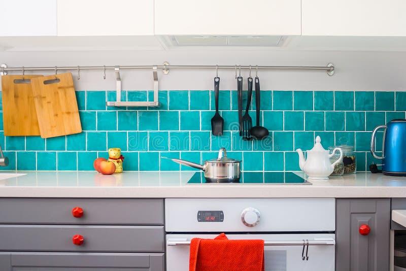 Moderne graue Küche kennzeichnet die dunkelgrauen flachen vorderen Kabinette, die mit weißen Quarz Countertops zusammengepaßt wer lizenzfreie stockfotos