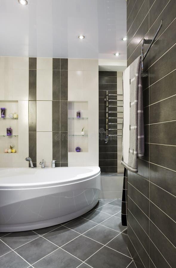Moderne grijze badkamers stock foto. Afbeelding bestaande uit toilet ...