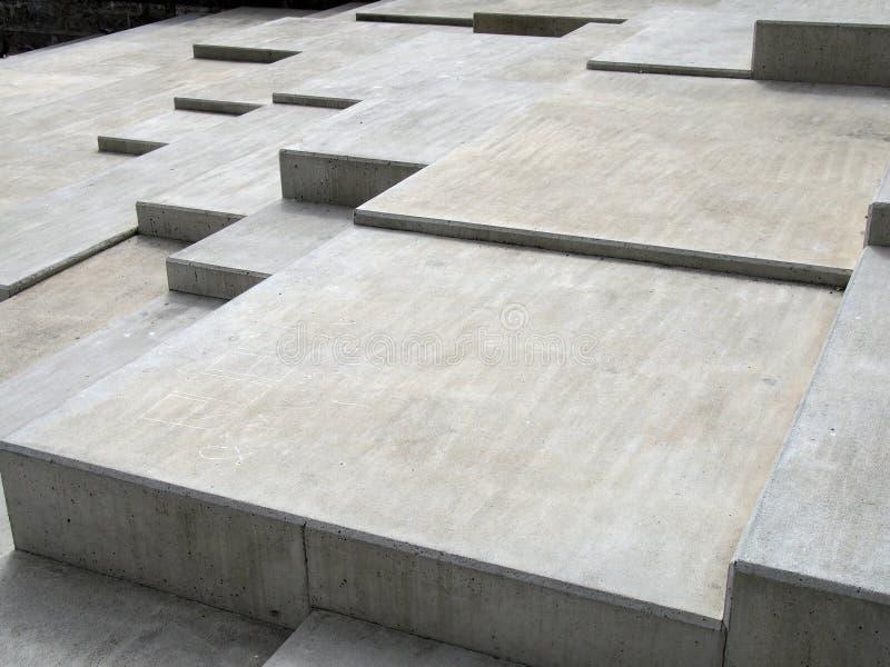 Moderne grijze concrete hoekige stappen in geometrische hoekige vormen op veelvoudige niveaus royalty-vrije stock foto