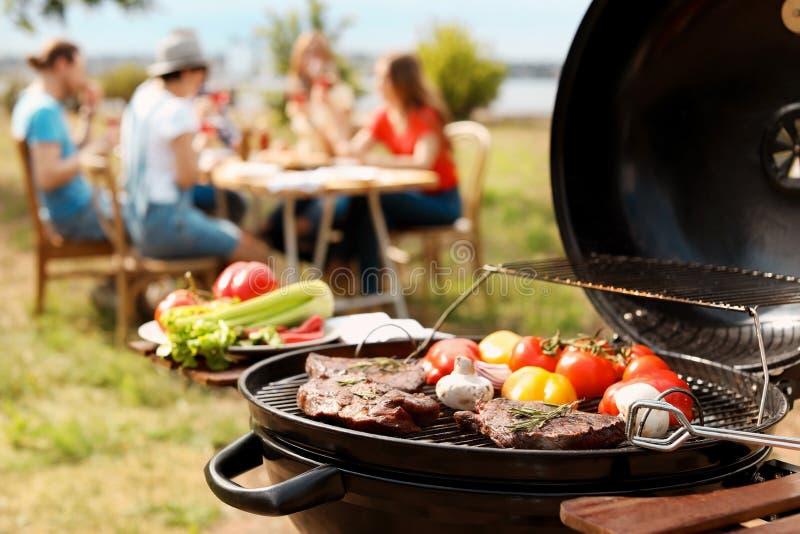Moderne grill met vlees en groenten in openlucht royalty-vrije stock afbeeldingen
