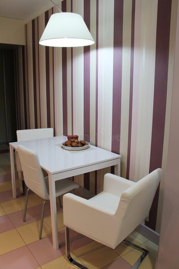 Moderne große Lampe, die über dem Speisetische in der Küche hängt stockbild