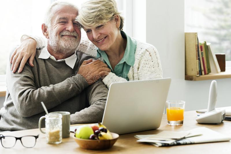 Moderne Großeltern, die mit ihrer Enkelin plaudern stockfoto