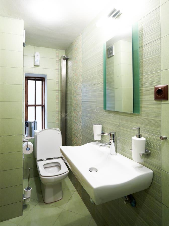 Moderne groene badkamers stock afbeeldingen
