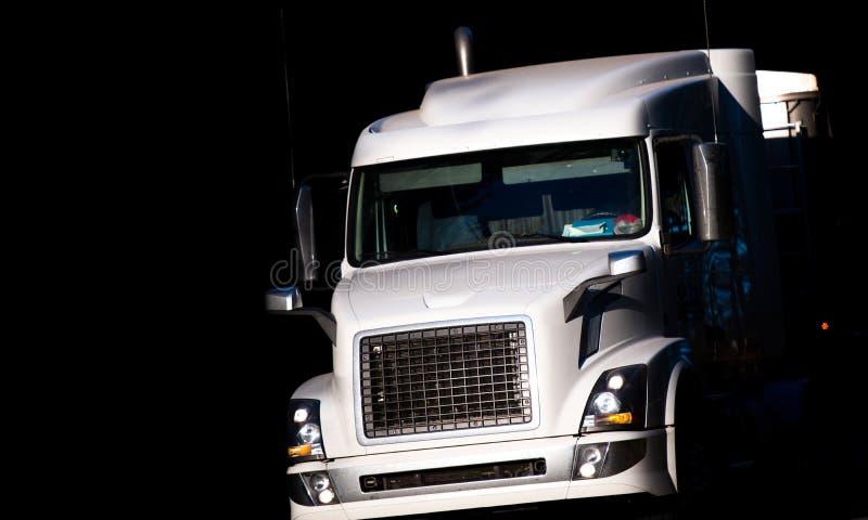 Moderne grote installatie witte semi vrachtwagen in donkere schaduw royalty-vrije stock afbeelding