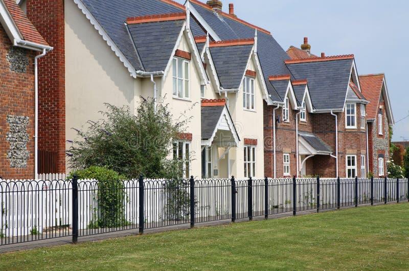 Moderne Häuser in der Reihe stockbilder