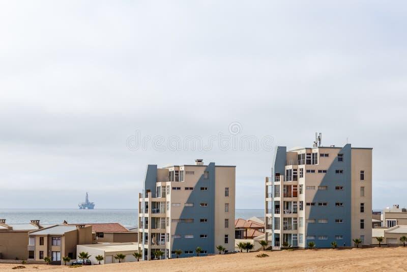 Moderne Häuser von Dolfynstrand nehmen an der Küste, nah an Wa Zuflucht lizenzfreies stockfoto