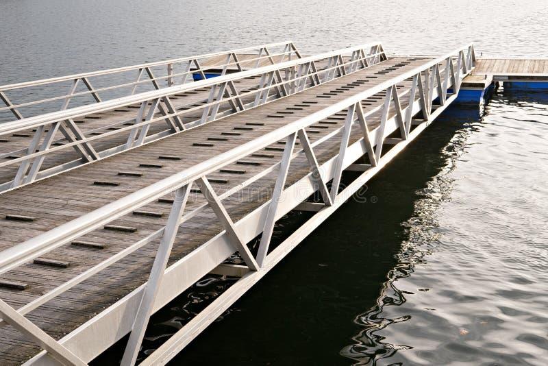Moderne hölzerne Anlegestelle oder Pier mit Metall versieht mit Seiten stockbild