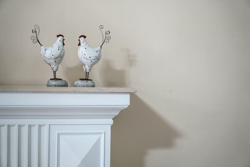 Moderne hölzerne Hahnfigürchen-Hausdekoration lizenzfreies stockfoto