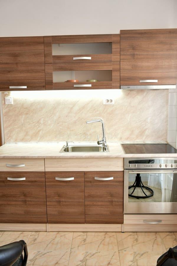 Moderne hölzerne Küche Innen mit Lichtern stockfotografie