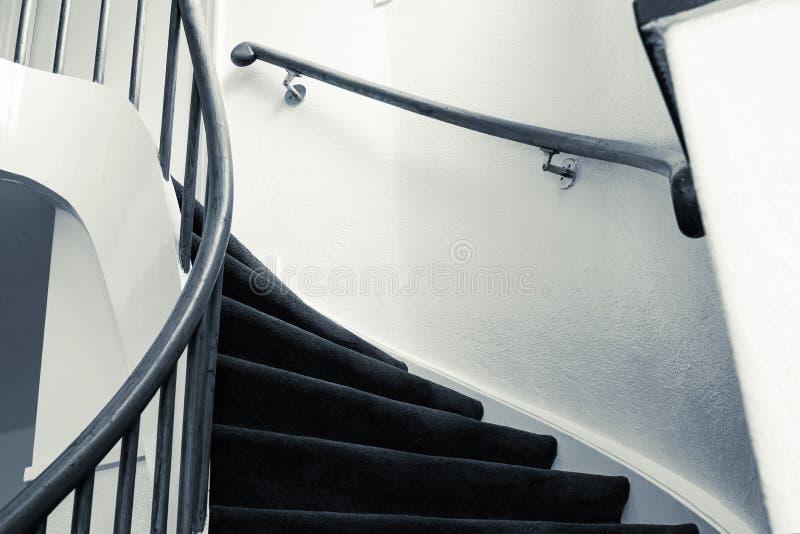 Moderne hölzerne Wendeltreppe mit hölzernen Schritten in einer neuen Wohnung in einem Wohngebäude Luxusentwurfsschwarzes und lizenzfreies stockbild