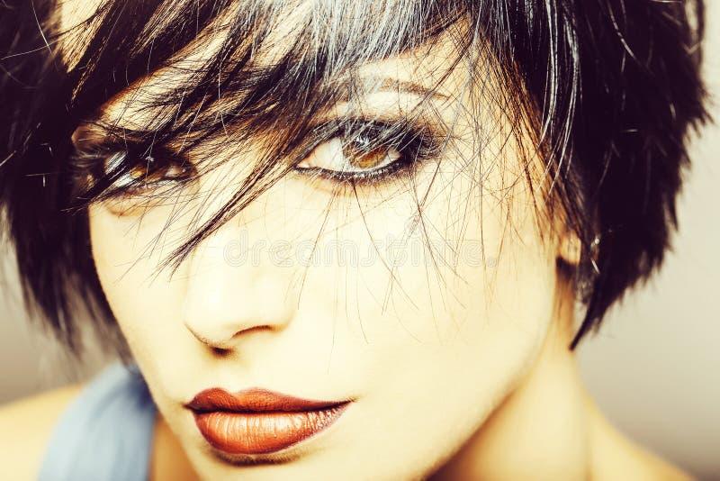 Moderne hübsche Frau mit Make-up lizenzfreies stockbild