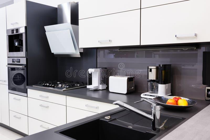 Moderne hallo -hallo-tek keuken, schoon binnenlands ontwerp royalty-vrije stock afbeeldingen