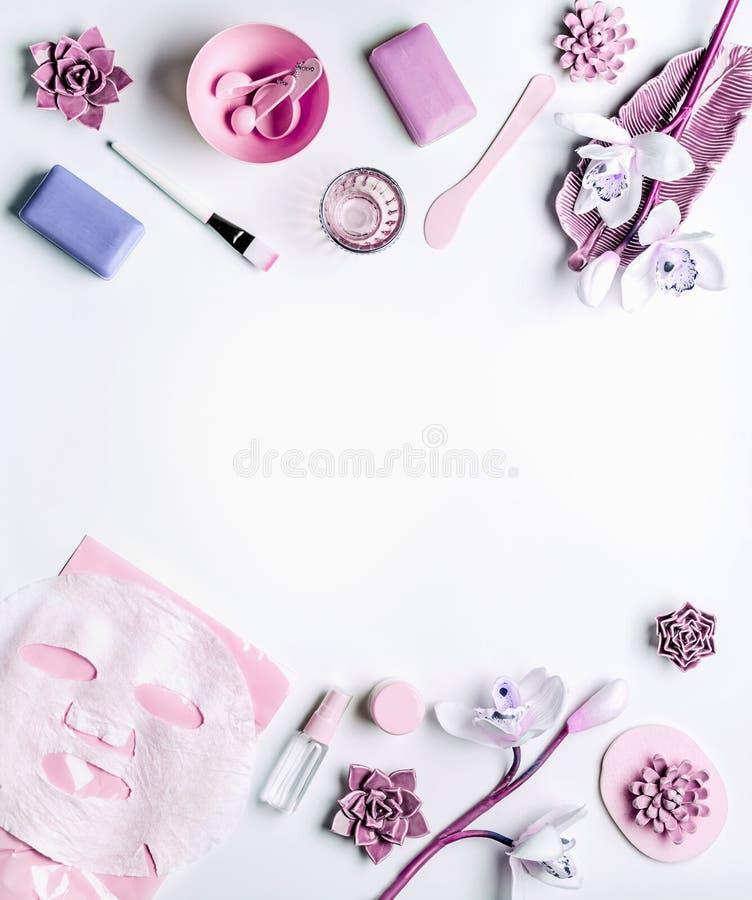 Moderne Hautpflegekosmetik, die mit Gesichtsblattmaske, Schönheitsausrüstung und Orchideenblumen verfassen Ebene legen auf weißen lizenzfreie stockfotos