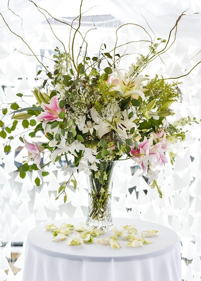 Moderne hedendaagse bloem in het middelpunt van het evenement royalty-vrije stock foto