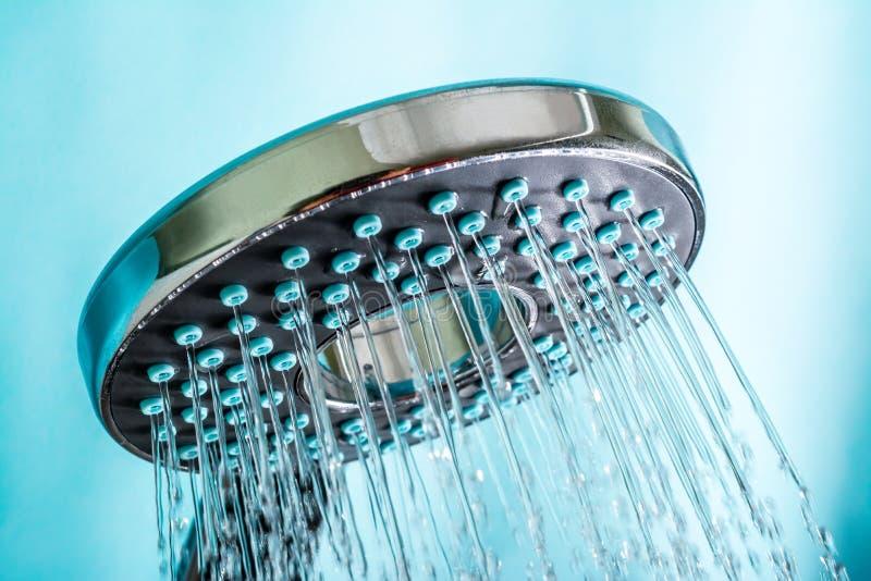 Moderne heiße Dusche mit Strom des Wasserabschlusses oben auf einem Blau lizenzfreies stockfoto