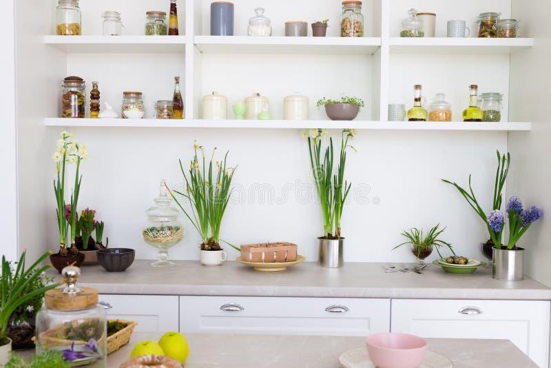 Moderne heldere keuken met wit meubilair royalty-vrije stock afbeeldingen