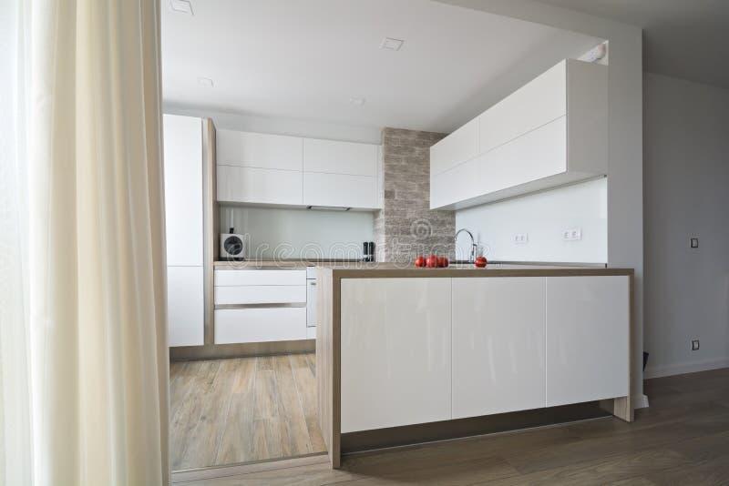 Moderne, heldere witte keuken met een eenvoudig ontwerp royalty-vrije stock foto's