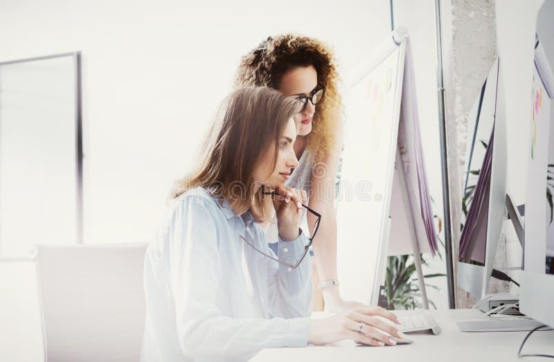 Moderne het bureauzolder van fotomedewerkers Rekeningsmanagers Team Work New Idea Project Jong het commerciële bemanning werk ops royalty-vrije stock afbeeldingen