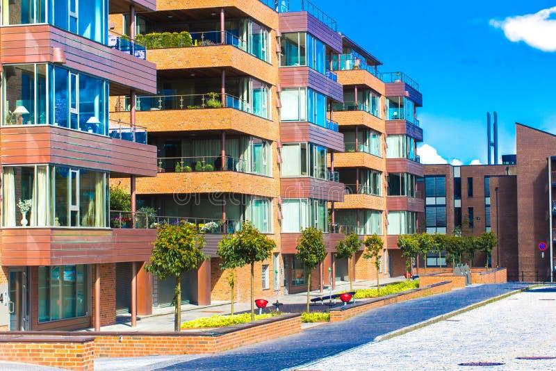 Moderne het leven huizen van typische Skandinavische stijl stock foto