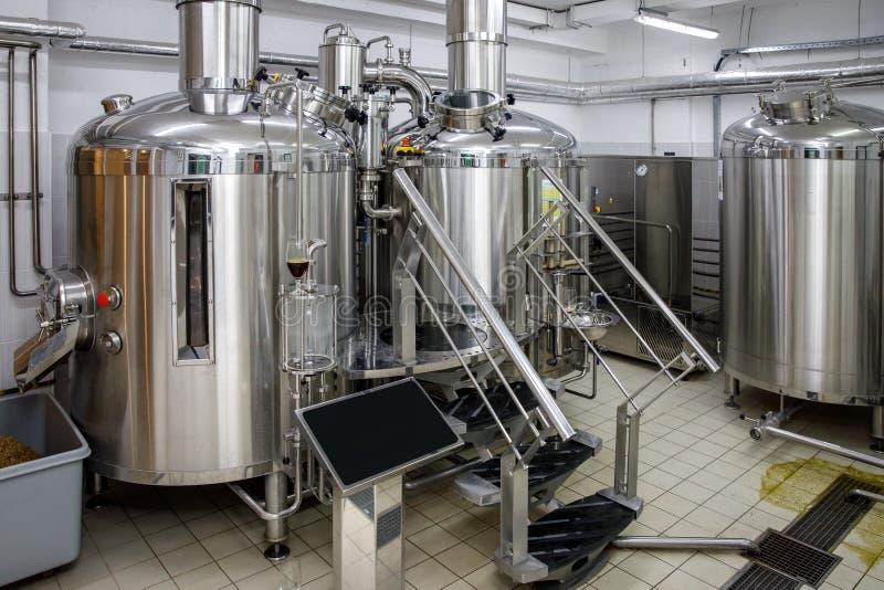 Moderne het staaltanks van de brouwerijproductie en pijpen, ambachtbier in microbrewery royalty-vrije stock fotografie