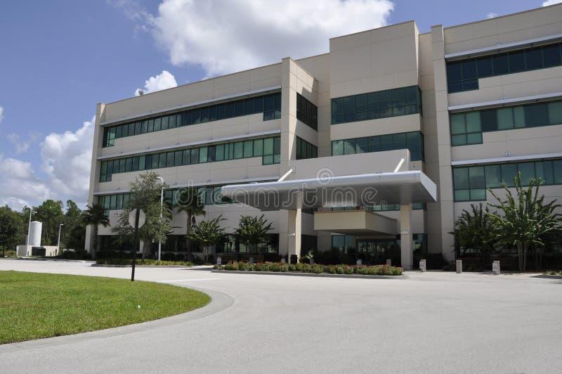 Moderne het ziekenhuisbuitenkant stock afbeeldingen