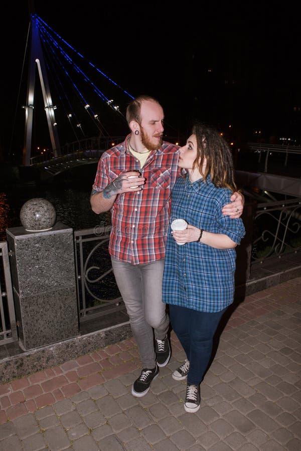 Moderne Hippie-Paare Nachtstädtischer Hintergrund lizenzfreie stockfotos