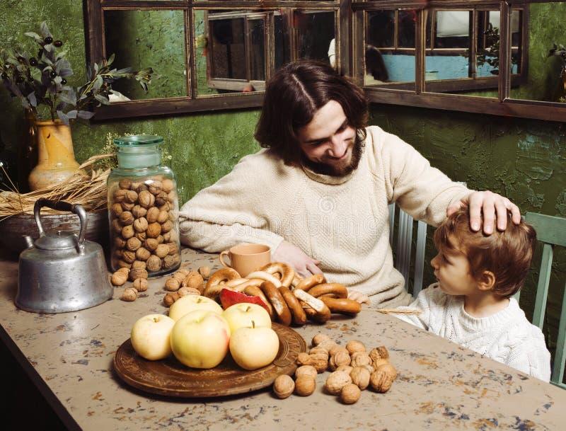 Moderne hipstervader met weinig leuke zoon op houten land gre royalty-vrije stock foto